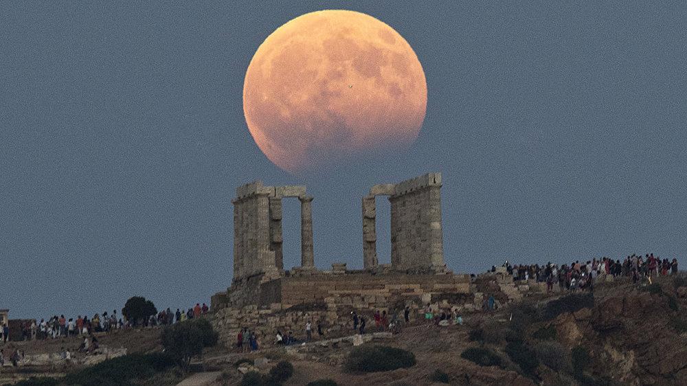 Лунное затмение около Храма Посейдона на Мысе Сунион, к востоку от Афин