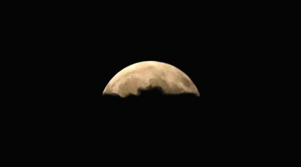 Луна во время частичного лунного затмения в Анкаре