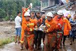 Спасатели транспортируют пострадавшего при сходе селя в провинции Сычуань в Китае, 8 августа 2017