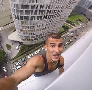 Krievijas iedzīvotājs uzrāpās 120 metrus augstajā debesskrāpī Mehiko bez drošības virves