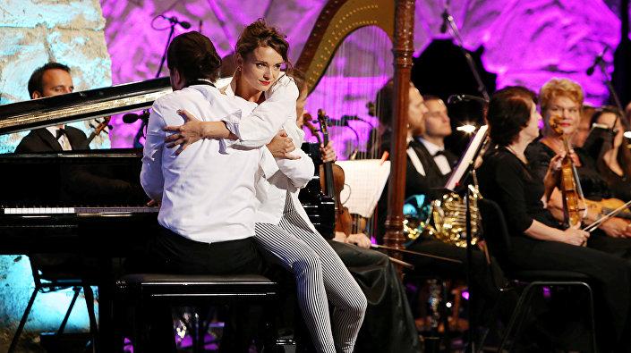 Пианист Андрей Осокин с танцовщицей Габией Бириней