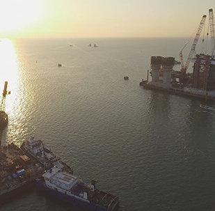Kerčas jūras šaurumā izmēģināta sistēma Krimas tilta arku pārvešanai