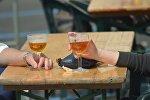 Бокалы с пивом в руках