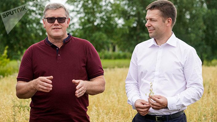 Фермер хозяйства Liepziedi Гундарс Лиепа и член правления Rigas dzirnavnieks Жилвинас Пакелтис