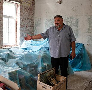 Валерий Кравцов демонстрирует будущие помещения библиотеки Русского дома в Лиепаи