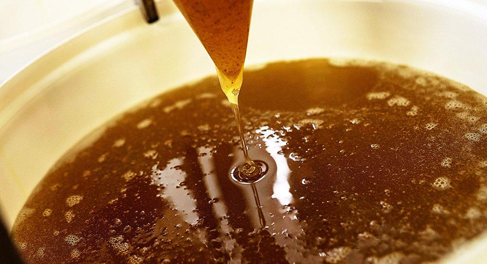 Мед из центрифуги собирают в емкости