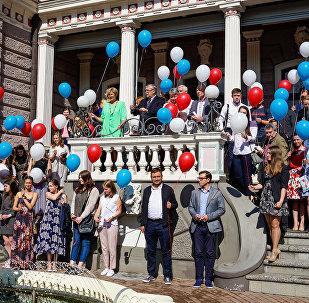 Будущие студенты вместе с послом и членами комиссии вышли на лестницу посольства и по традиции выпустили в небо воздушные шарики в цветах российского флага