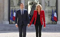 Francijas prezidents Emanuels Makrons ar savu dzīvesbiedri Brižitu