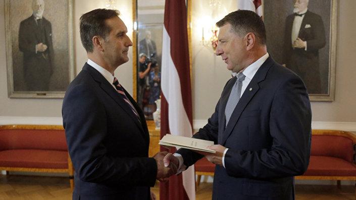 Раймондс Вейонис вручает верительные грамоты послу Латвии в Российской Федерации Марису Риекстиньшу