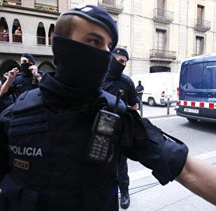Каталонские полицейские блокируют дорогу после задержания подозреваемого связанного с терактами в Барселоне и Камбрилсе