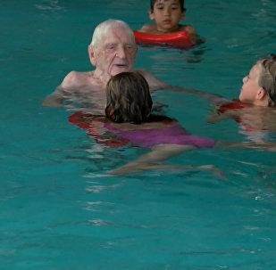Столетний немец работает инструктором по плаванию