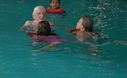 Berlīnē simts gadus vecais brīvprātīgais māca bērniem peldēt
