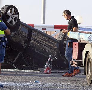 Policisti pārbauda automobili, kas piedalījās teroristiskā uzbrukumā Kambrilsā