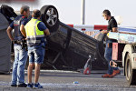 Полицейские проверяют автомобиль, участвовавший в террористической атаке в Камбрильсе