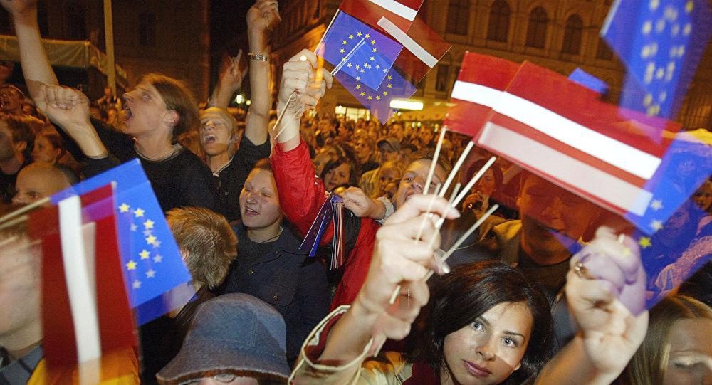 Jaunieši ar Latvijas un ES karodziņiem