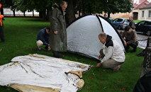 Bada streika akcijas dalībnieku teltis skvērā pie prezidenta pils