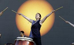 Портланд Тайко барабанщик Карен Тинги выступает перед прямой видеосъемкой солнечного затмения в Орегоне, США