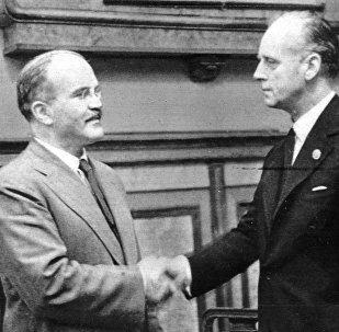 Вячеслав Молотов и Иоахим фон Риббентроп пожимают руки после подписания пакта