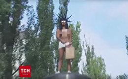 Полуголая активистка Femen разбросала конфеты с памятника Ленину в Киеве