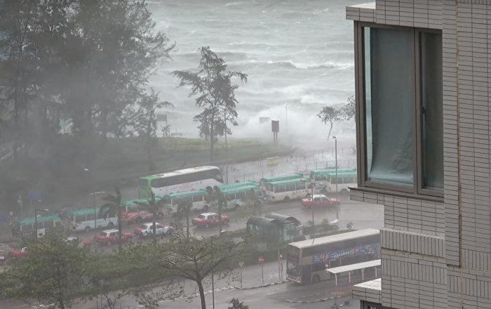 Tūrista publicētajā ierakstā vērojams taifūns Hato Āzijā