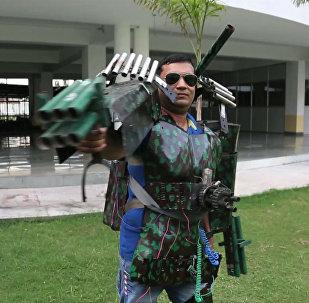 Индиец собрал костюм Железного человека с самодельными пушками из труб