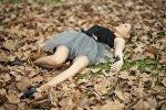 Девушка в осенних листьях
