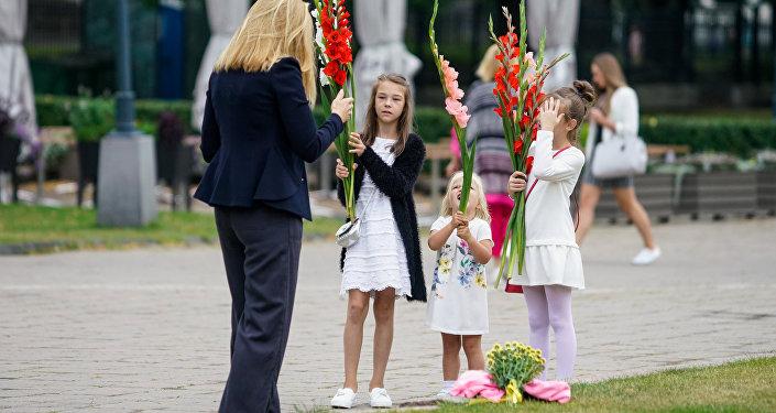 Дети с родителями спешат 1 сентября в школу