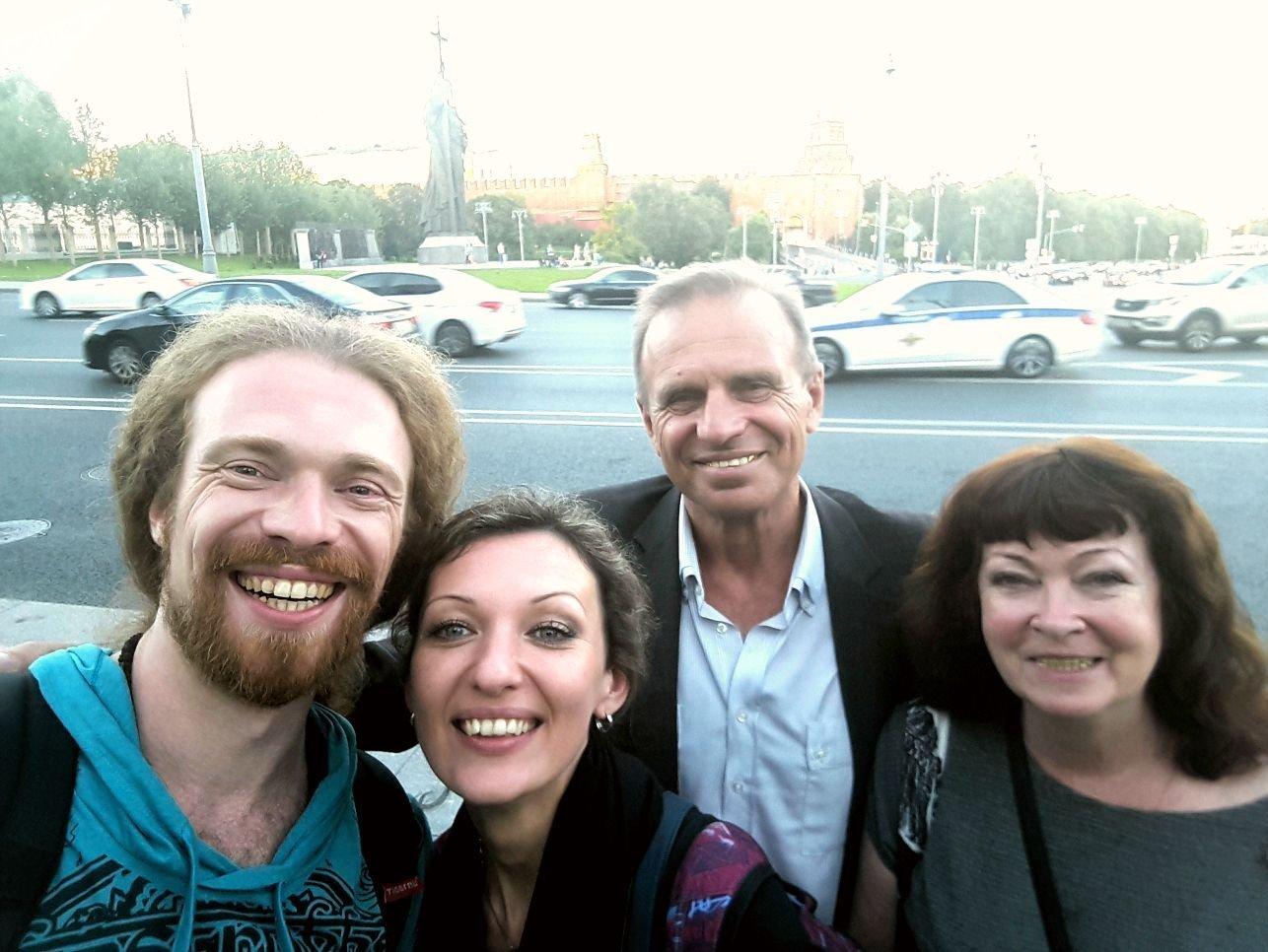 Александр с возлюбленной и родителями в Москве