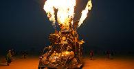 Многие участники Burning Man специально к фестивалю создают специальный, фантастический тюнинг для своих машин, иногда буквально, собирая их заново
