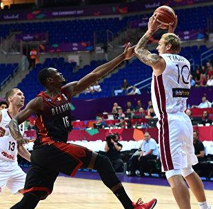 Форвард сборной Латвии Янис Тимма (слева) в матче Евробаскета-2017 против команды Бельгии
