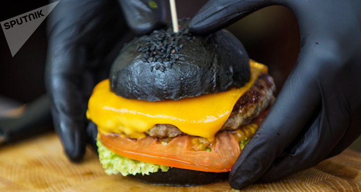 Бургер с черной булочкой