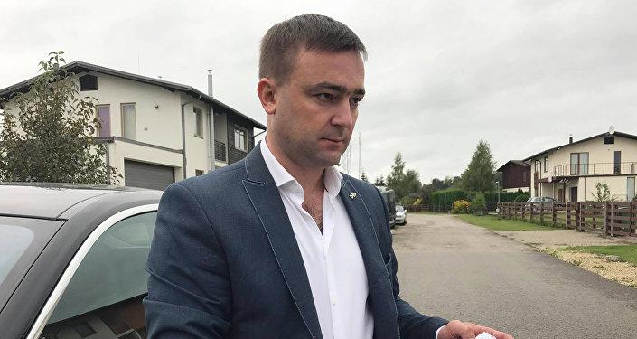 Юрий Васильев принимает бланки с подписями автовладельцев