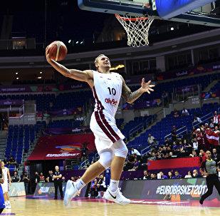 Латвийский форвард Янис Тимма отправляет в корзину мяч во время баскетбольного матча FIBA Eurobasket 2017 мужской сборной  между Латвией и Великобританией