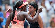 Американка Слоан Стивенс (слева) обнимает Анастасию Севастову после матча Открытого теннисного турнира США