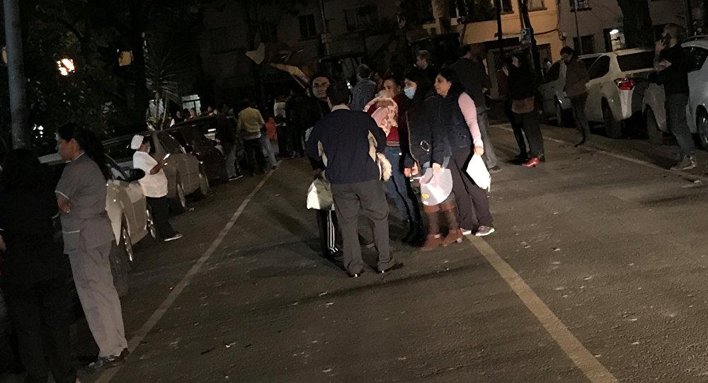 Cilvēki Mehiko ielās pēc zemestrīces