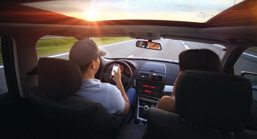 Водитель с пассажиром в салоне автомобиля
