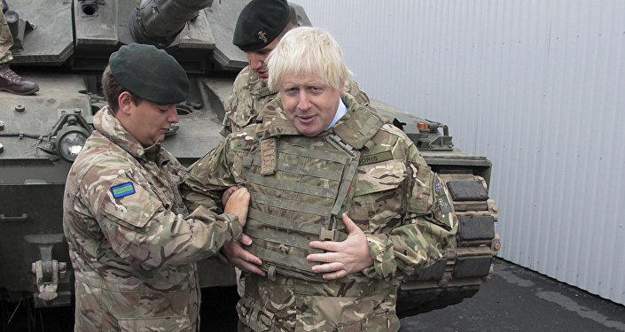 Lielbritānijas ārlietu ministrs Boriss Džonsons vizinās tankā savas vizītes laikā Igaunijā