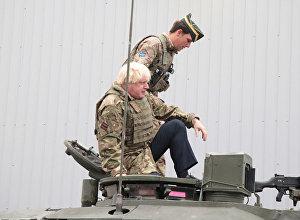 Глава МИД Британии Борис Джонсон проехал на танке во время поездки в Эстонию