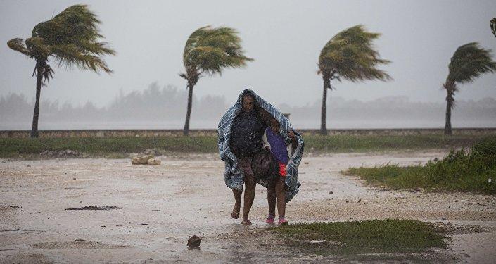 Женщина с ребенком во время урагана Ирма в Кайбариене, Куба