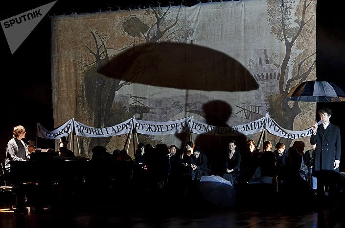 Сцена из спектакля Бесы в постановке Юрия Любимова в театре им. Е.Вахтангова