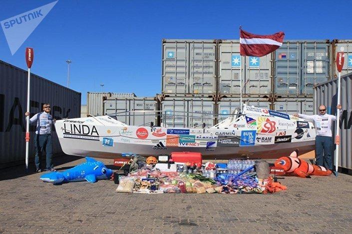 Лодка с провиантом перед стартом в Африке