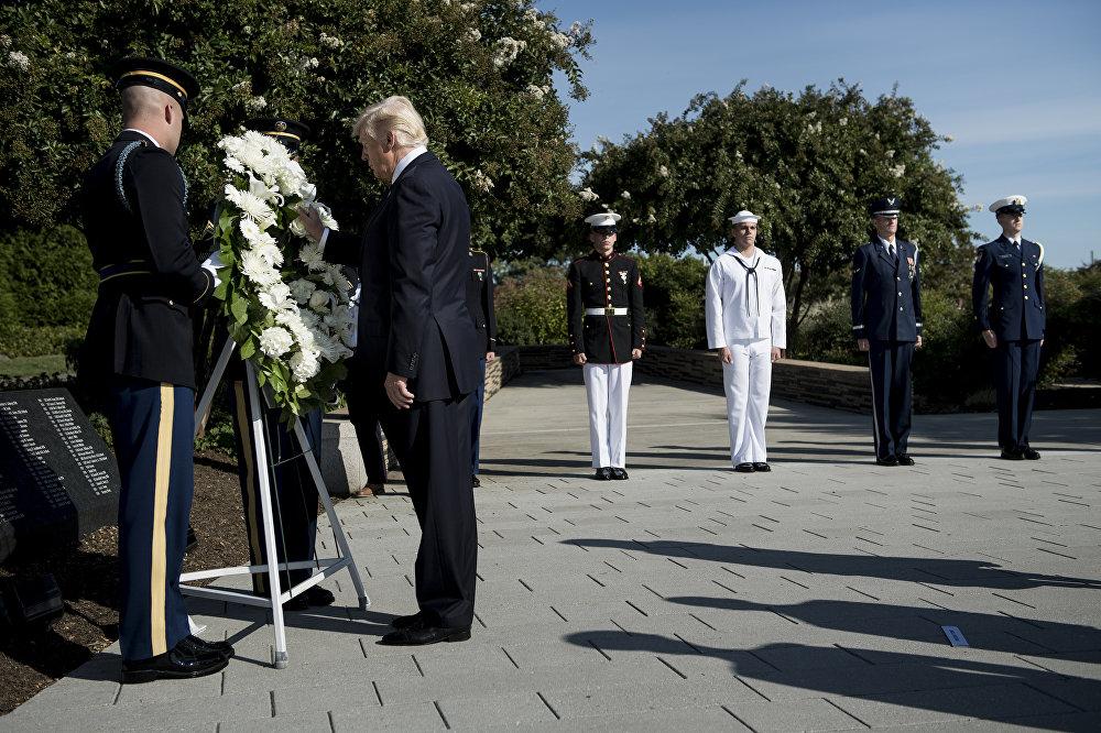 Президент США Дональд Трамп возлагает венок во время поминальной службы в Пентагоне в память о терактах 11 сентября