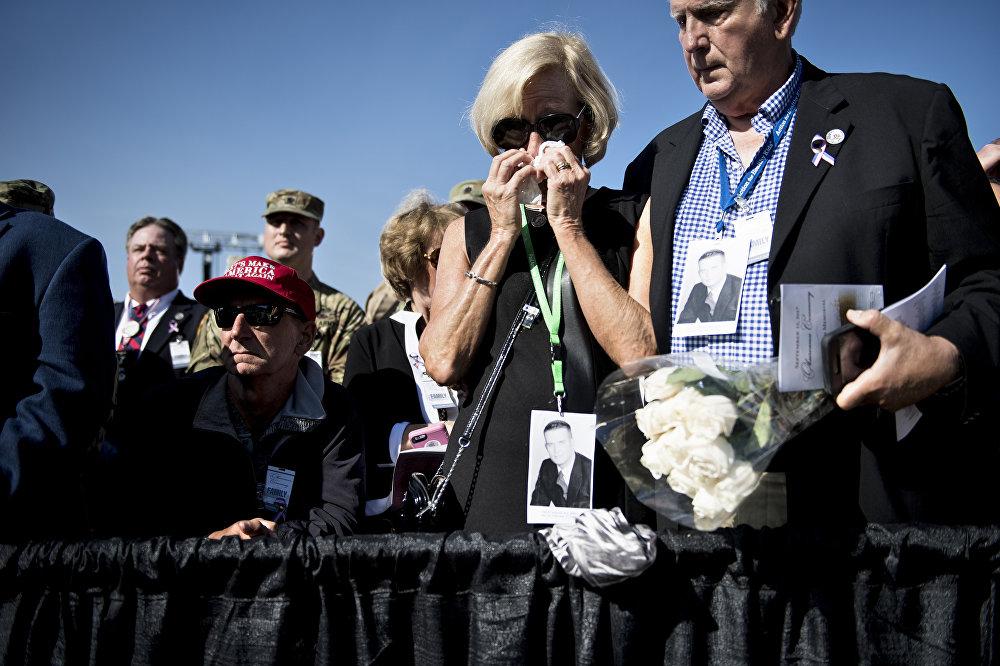 Люди присутствуют на поминальной службе в Пентагоне в память 11 сентября 2001 года в Вашингтоне
