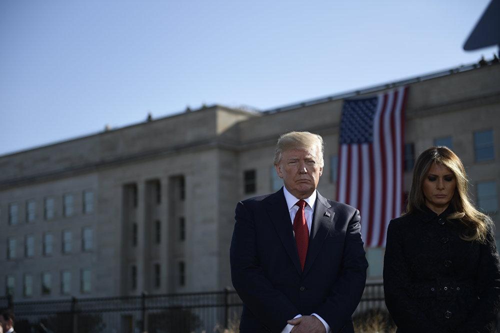 Президент США Дональд Трамп и первая леди Мелания Трамп присутствуют на церемонии в мемориале Пентагона 9/11 в Вашингтоне