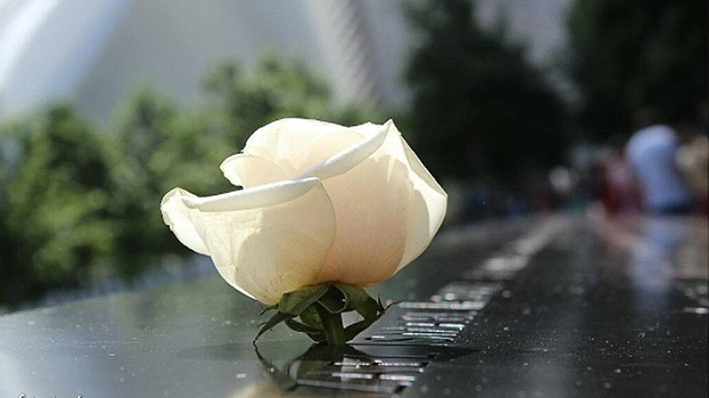 Цветы у мемориала в Нью-Йорке