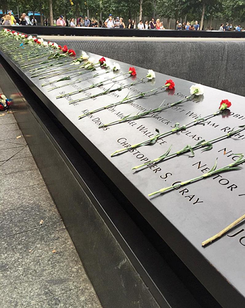 Цветы на мемориале 11 сентября в Нью-Йорке