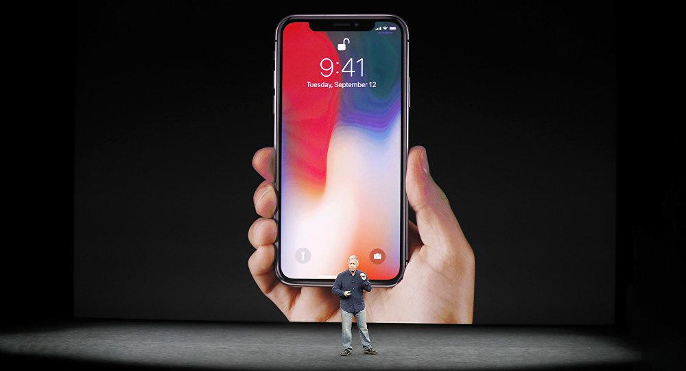 Старший вице-президент фирмы Apple Фил Шиллер представляет iPhone X во время запруска продаж в Купертино 12 сентября 2017 года