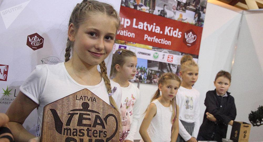 Победительница чайного поединка 10-летняя Анита Дириня