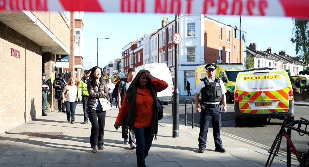 Полиция Лондона возле станции метро Парсонс Грин