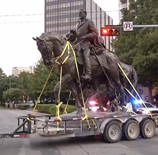 Dallasā no parka aizvākta ģenerāļa Lī statuja